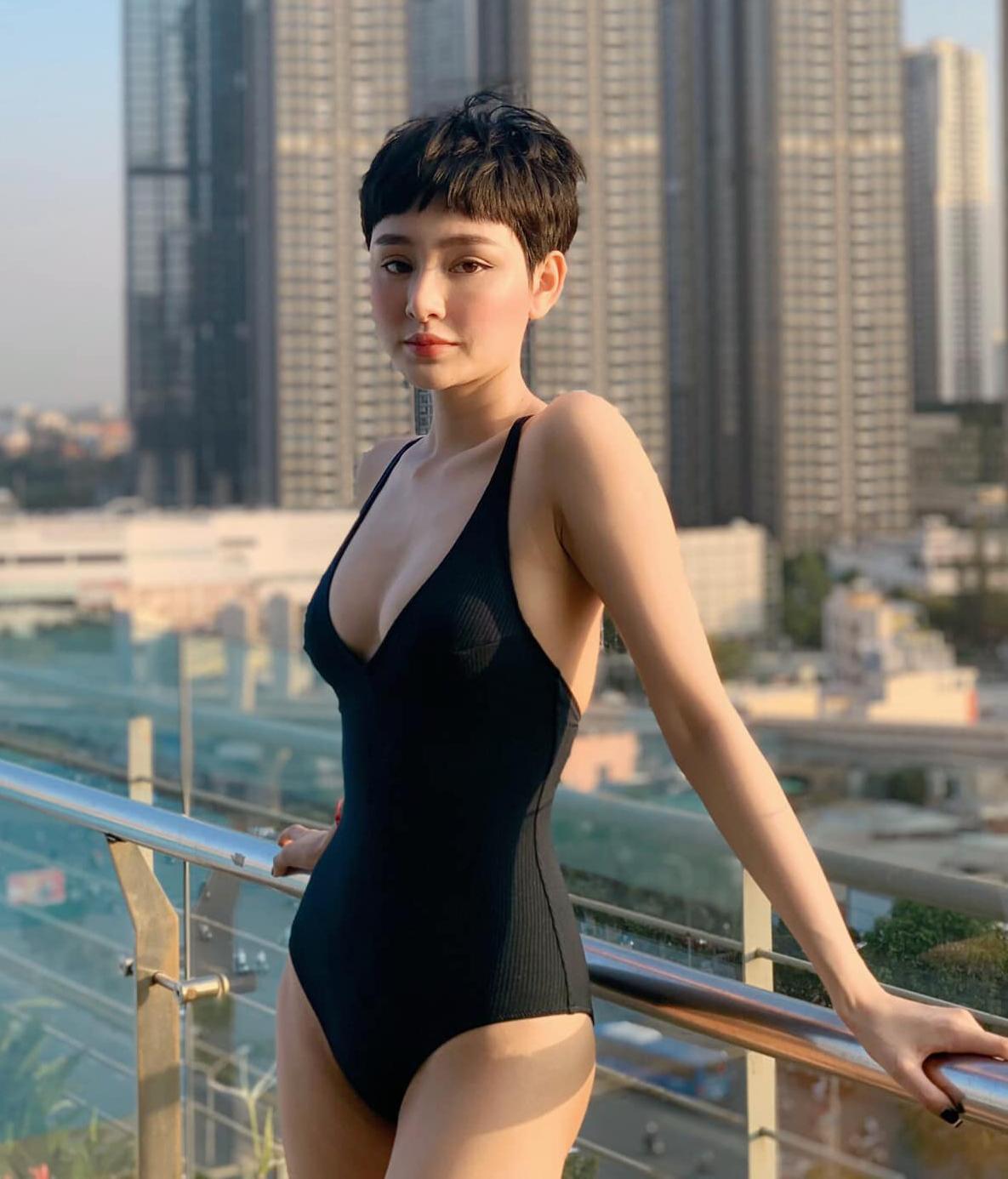 Người đẹp 24 tuổi có cả bộ sưu tập đồ tắm không quá hở hang nhưng vẫn giúp cô tôn lên đường cong chữ S cũng như ưu điểm vóc dáng.