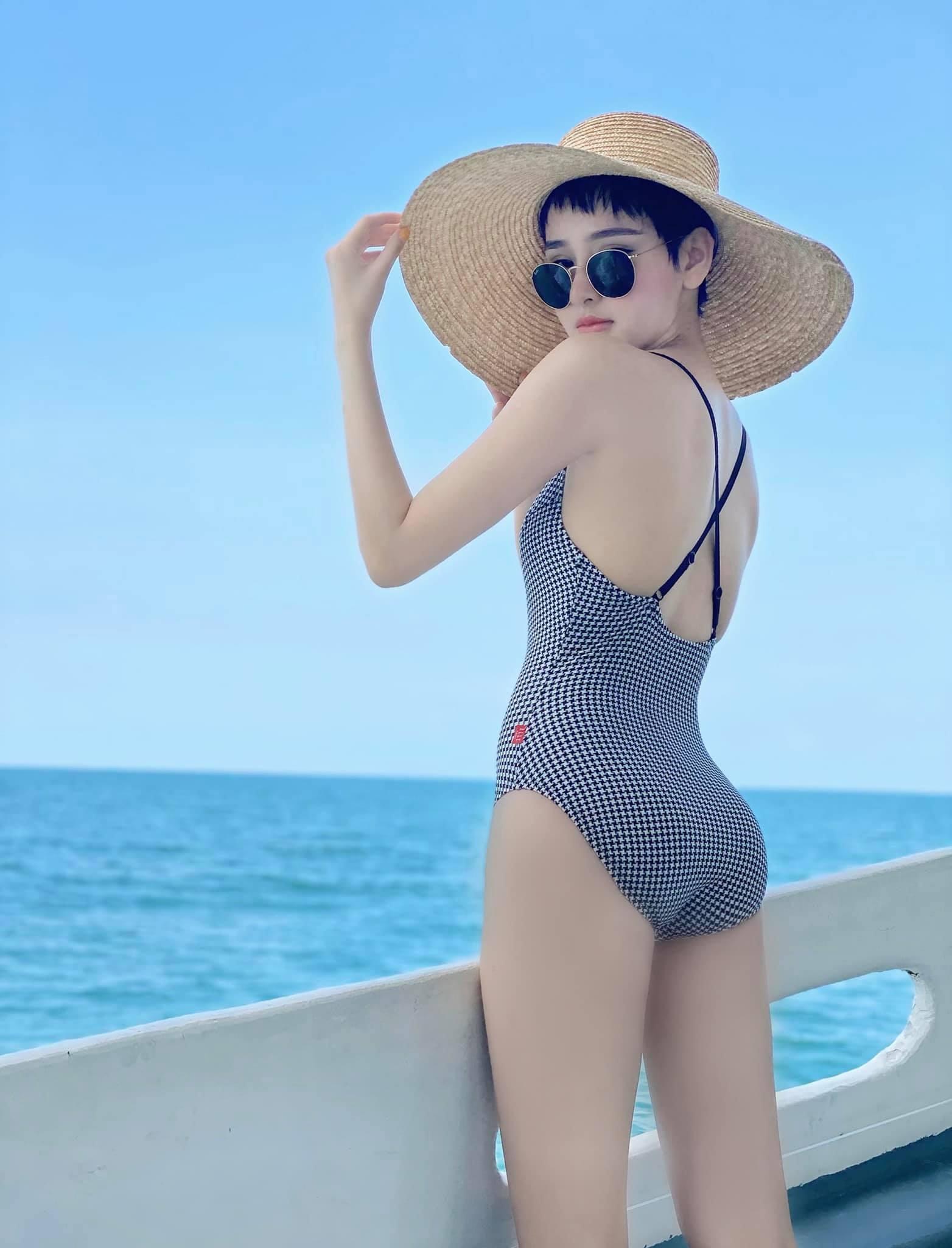 Làn da trắng nõn, vẻ đẹp hơi hướng cổ điển của Hiền Hồ rất hợp với những bộ đồ tắm theo phong cách retro.
