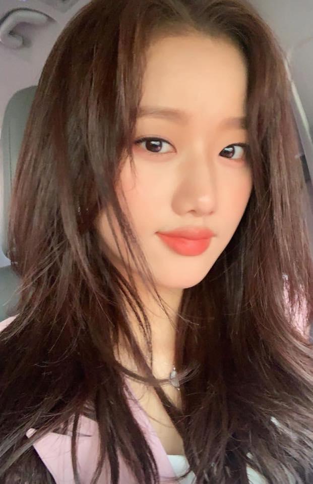 Năm 2020 là một năm hoạt động hết công xuất của Na Eun với hàng loạt dự án thành công như web drama, làm MC cho show âm nhạc, tham gia show giải trí, đóng quảng cáo. Visual của April từng được bình chọn là Nữ idol đẹp nhất Kpop, gây sốt với nét đẹp chuẩn mối tình đầu, khí chất high teen sang chảnh ngút ngàn.