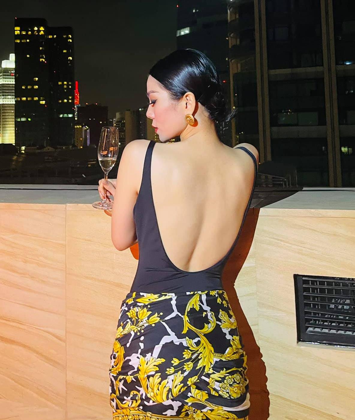 Với những trang phục thường ngày, nữ ca sĩ cũng ưa chuộng dáng pose đẩy cao hông về sau, cong người để tôn hõm lưng sexy.