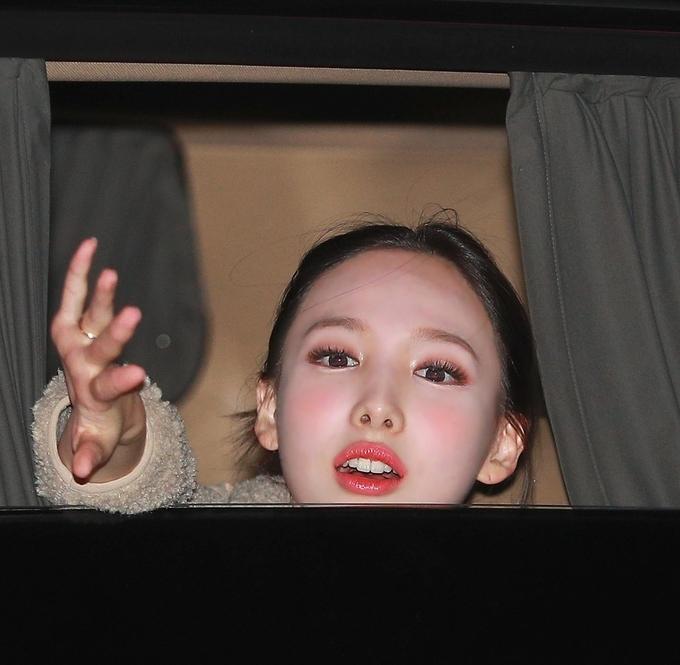 Nạn nhân thường xuyên nhất của cách trang điểm má quá đậm là Na Yeon. Vốn có gương mặt bầu bĩnh ngây thơ, nữ idol được các chuyên gia cố tình makeup theo phong cách má say rượu đáng yêu. Tuy nhiên việc nhấn phấn quá đậm tay khiến gương mặt của cô thường xuyên trong tình trạng lem luốc.