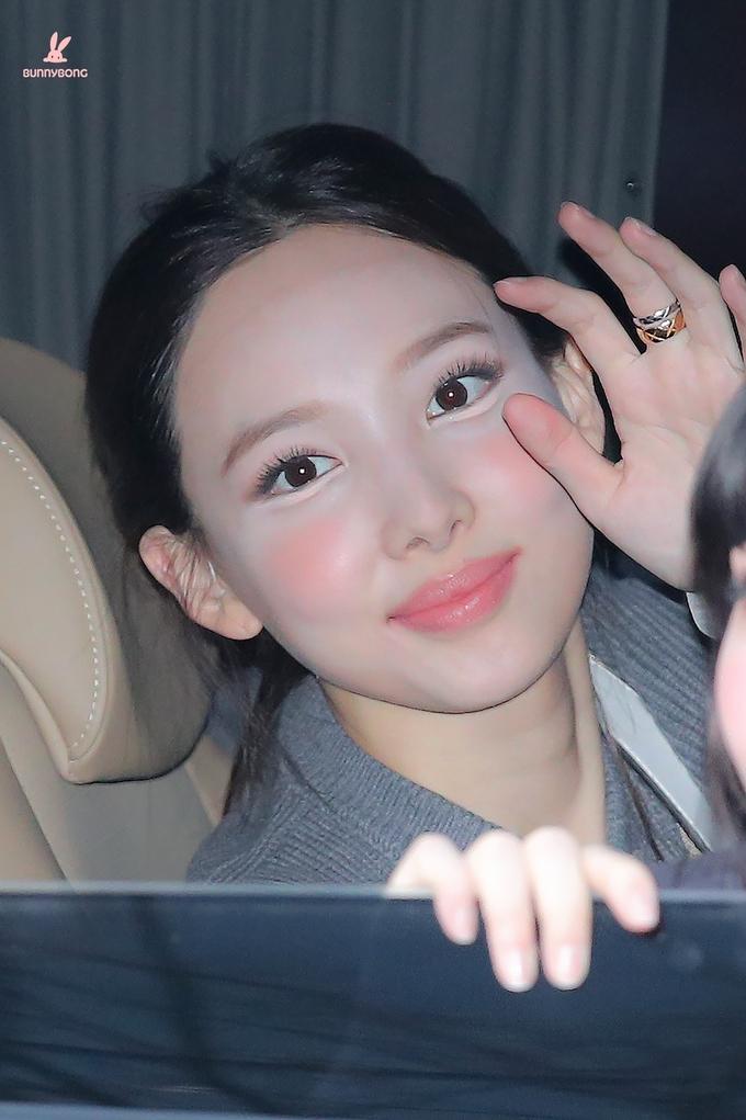 Dưới ánh đèn flash, lớp makeup loang lổ với phần má như hai quả cà chua của Na Yeon càng lộ rõ, khiến cô mất điểm nhan sắc.