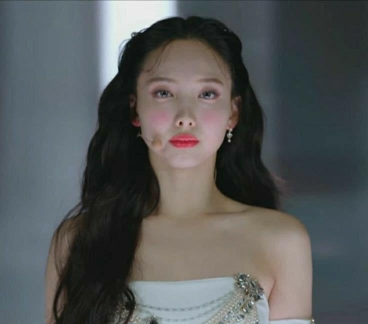 Vì kiểu trang điểm khó đỡ này, stylist của Twice bị chê như mới tập tành học makeup.