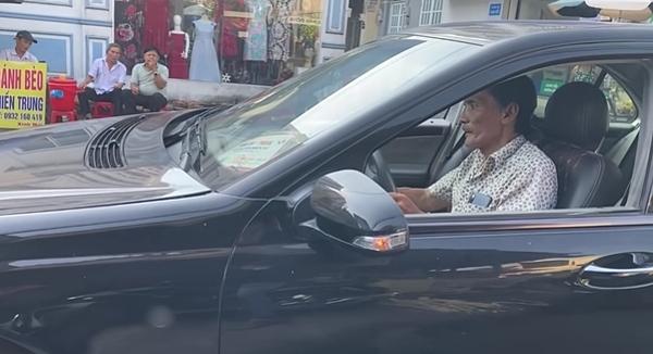 Thương Tín tự lái ôtô được tặng về quê nghỉ ngơi.
