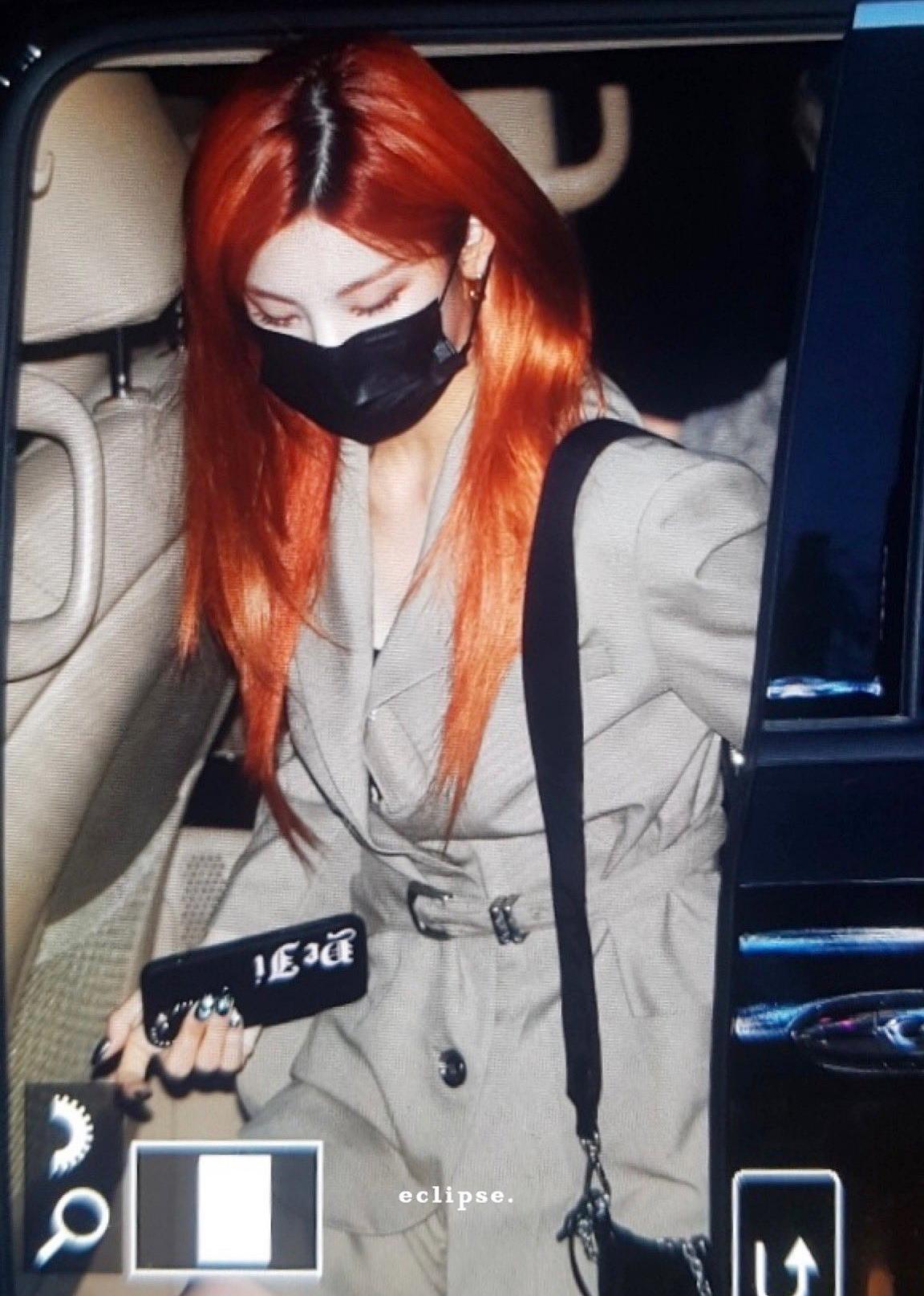 NITZY đang tham gia show của Naver vào thứ 5 hàng tuần. Những hình ảnh đi làm vào tối 5/3 của ITZY nhận được sự quan tâm của người hâm mộ.