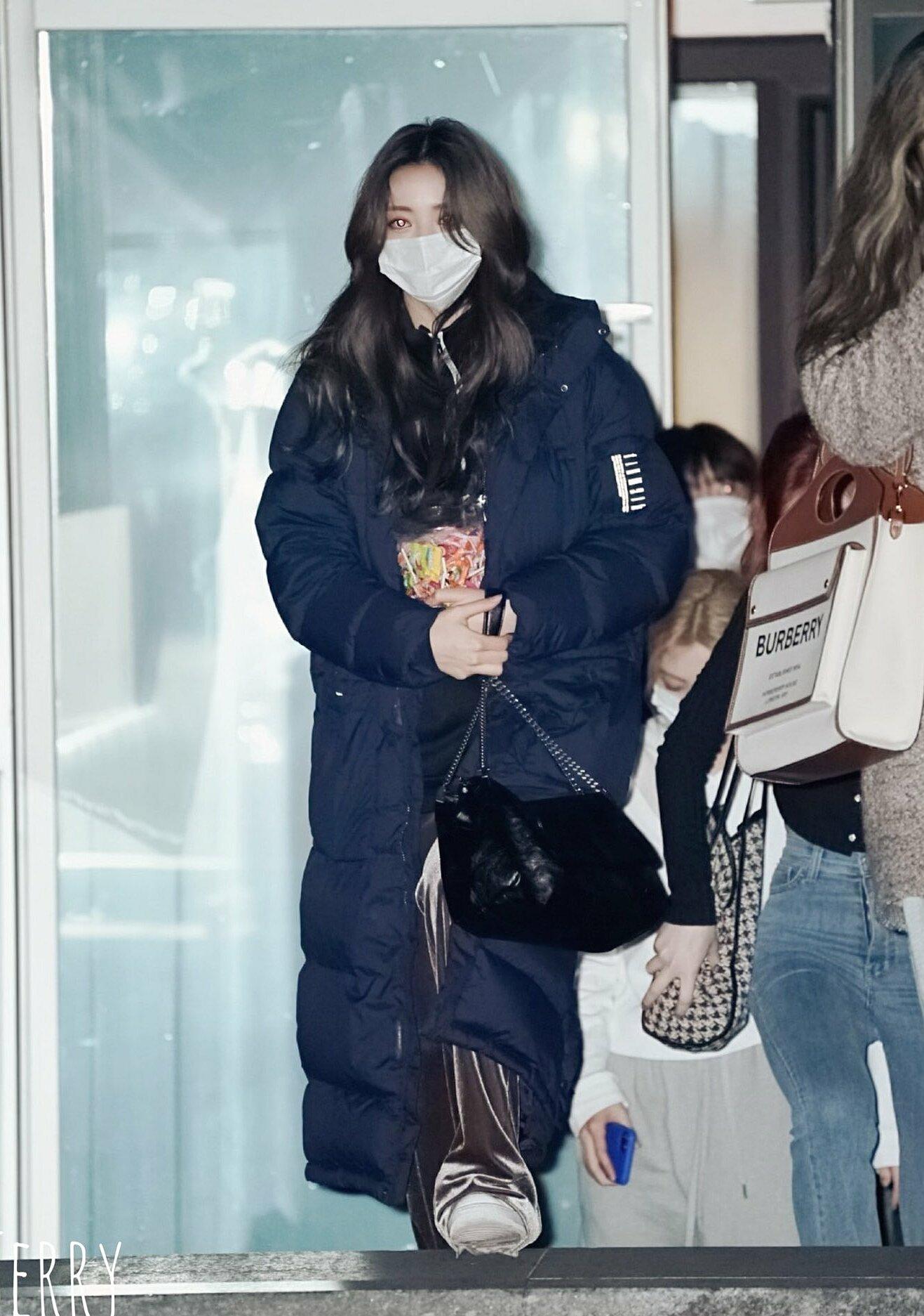 Yuna rời trường quay sau khi kết thúc ghi hình. Cô mặc áo phao dáng dài giữ ấm nhưng vẫn cực cool nhờ chiều cao ấn tượng và ngoại hình xinh đẹp.