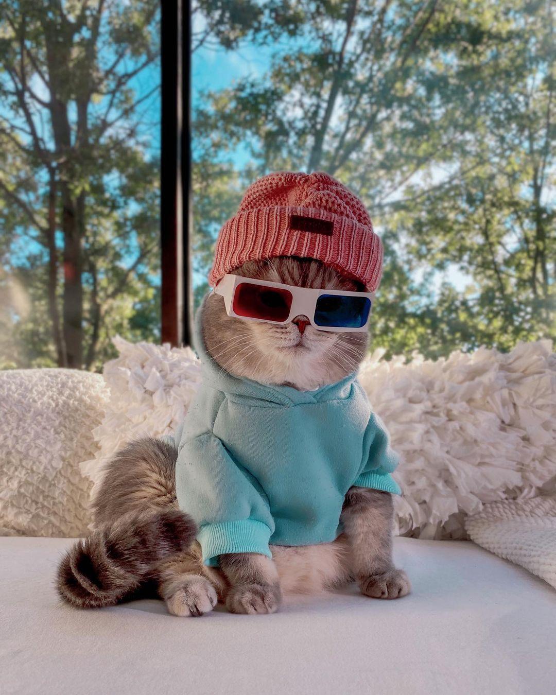 Hoodie xanh kết hợp cùng mũ len hồng và kính hai màu, Benson có ngay một outfit hoàn hảo đi du xuân.