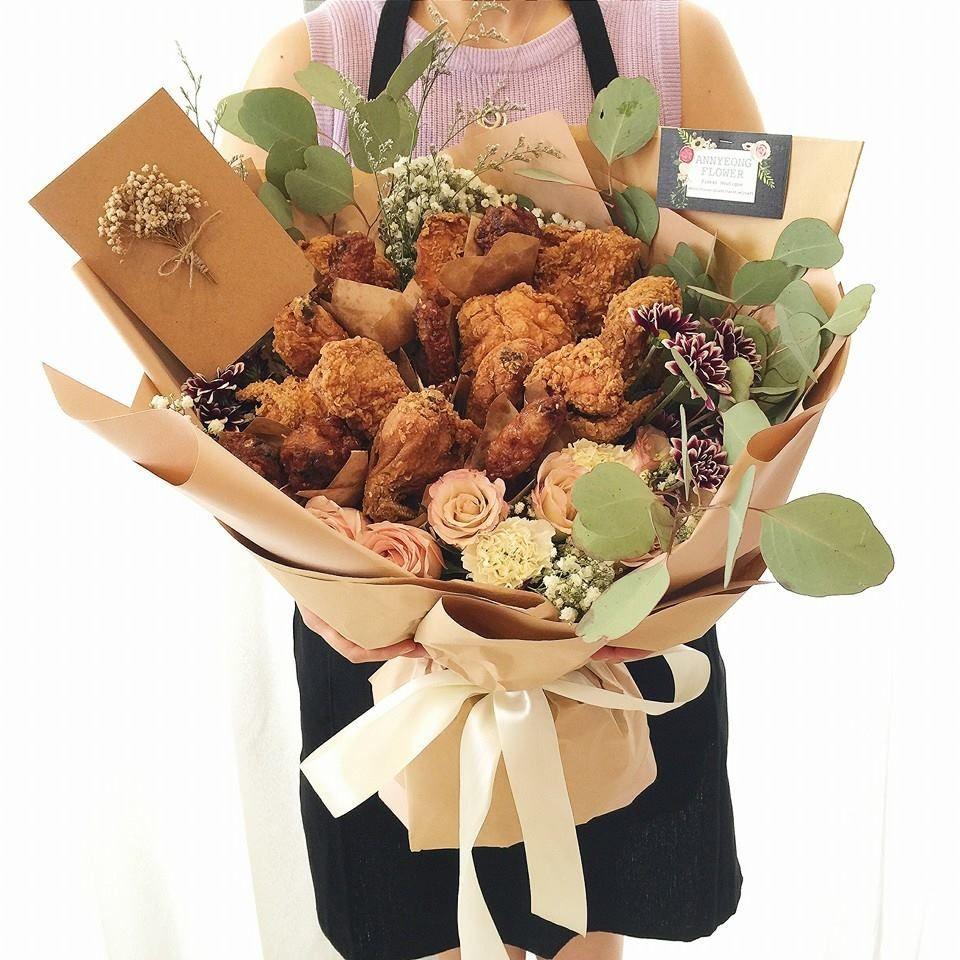 Nếu người yêu của bạn là một tín đồ gà rán, đây chắc hẳn là bó hoa được lòng nàng nhất.