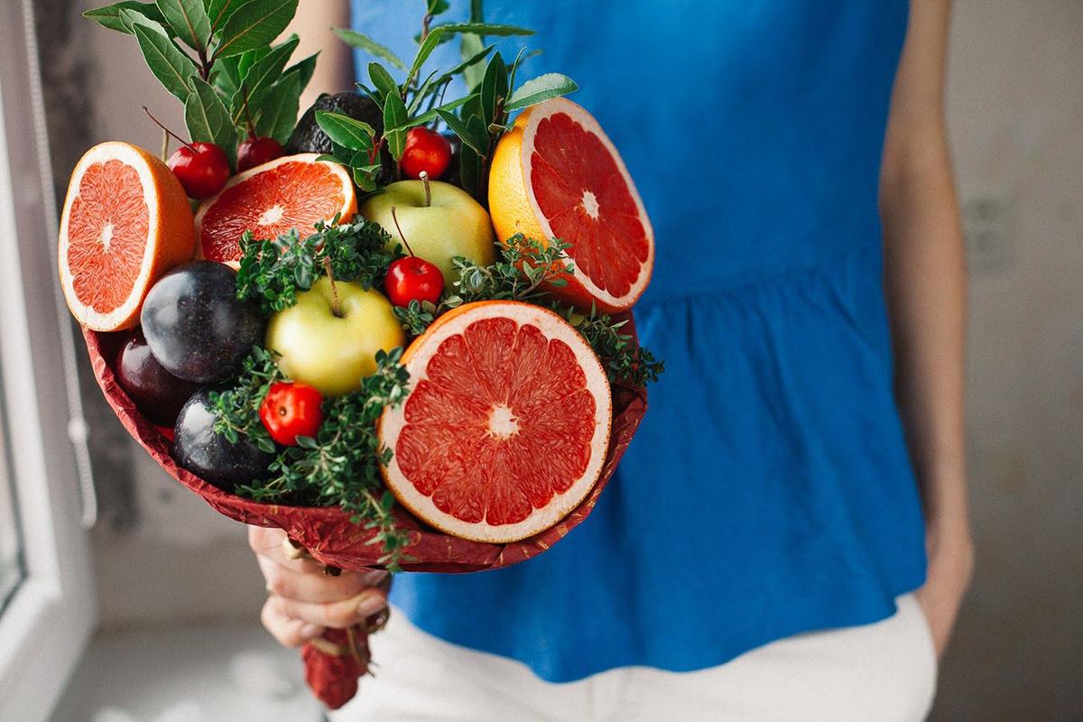 Một bó hoa với đầy ắp trái cây mà người ấy yêu thích, lại thể hiện mình là chàng trai biết quan tâm thì còn gì bằng.