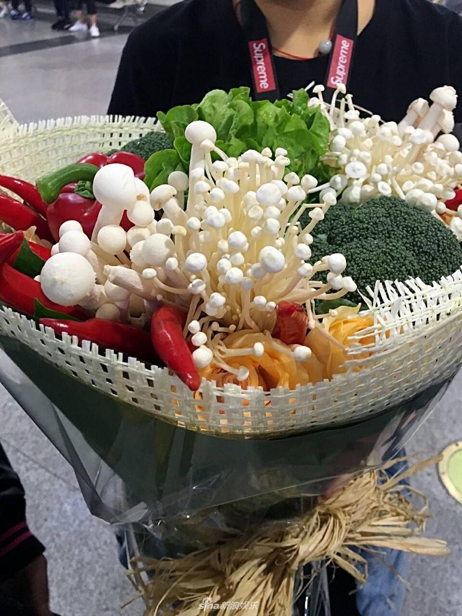 Tặng bó hoa này rồi ngồi làm bữa lẩu bò ba chỉ Úc ăn kèm với rau và nấm kim châm thì cứ gọi là chuẩn của nó.
