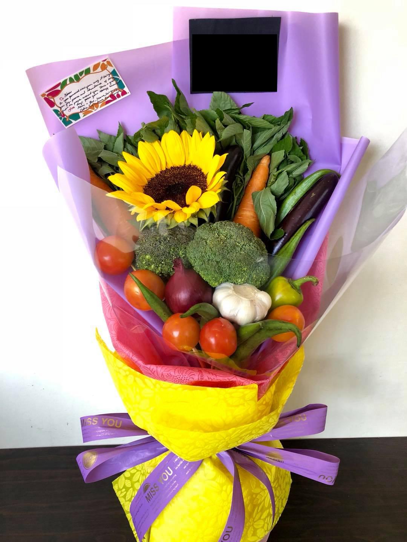 Bó hoa làm từ rau củ sẽ là lựa chọn thiết thực dành tặng những người yêu nhà yêu bếp đấy.