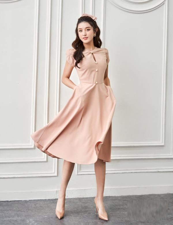 Người đẹp cũng phù hợp với phong cách tiểu thư, mang đến gợi ý cho những cô nàng chuộng phong cách bánh bèo khi đi tiệc.