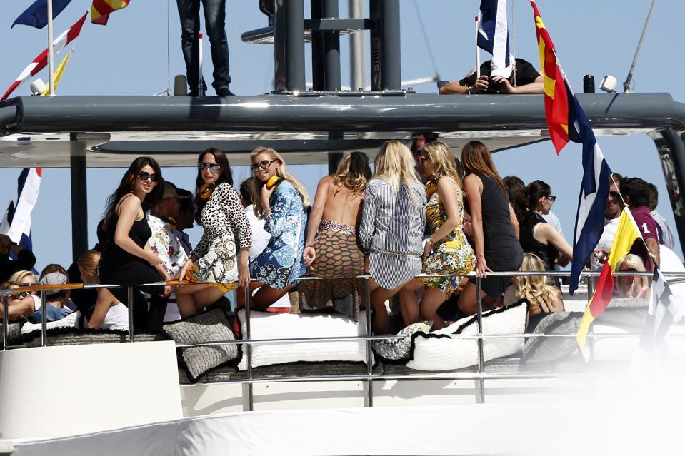 Du thuyền cũng là địa điểm chuyên tiệc tùng.