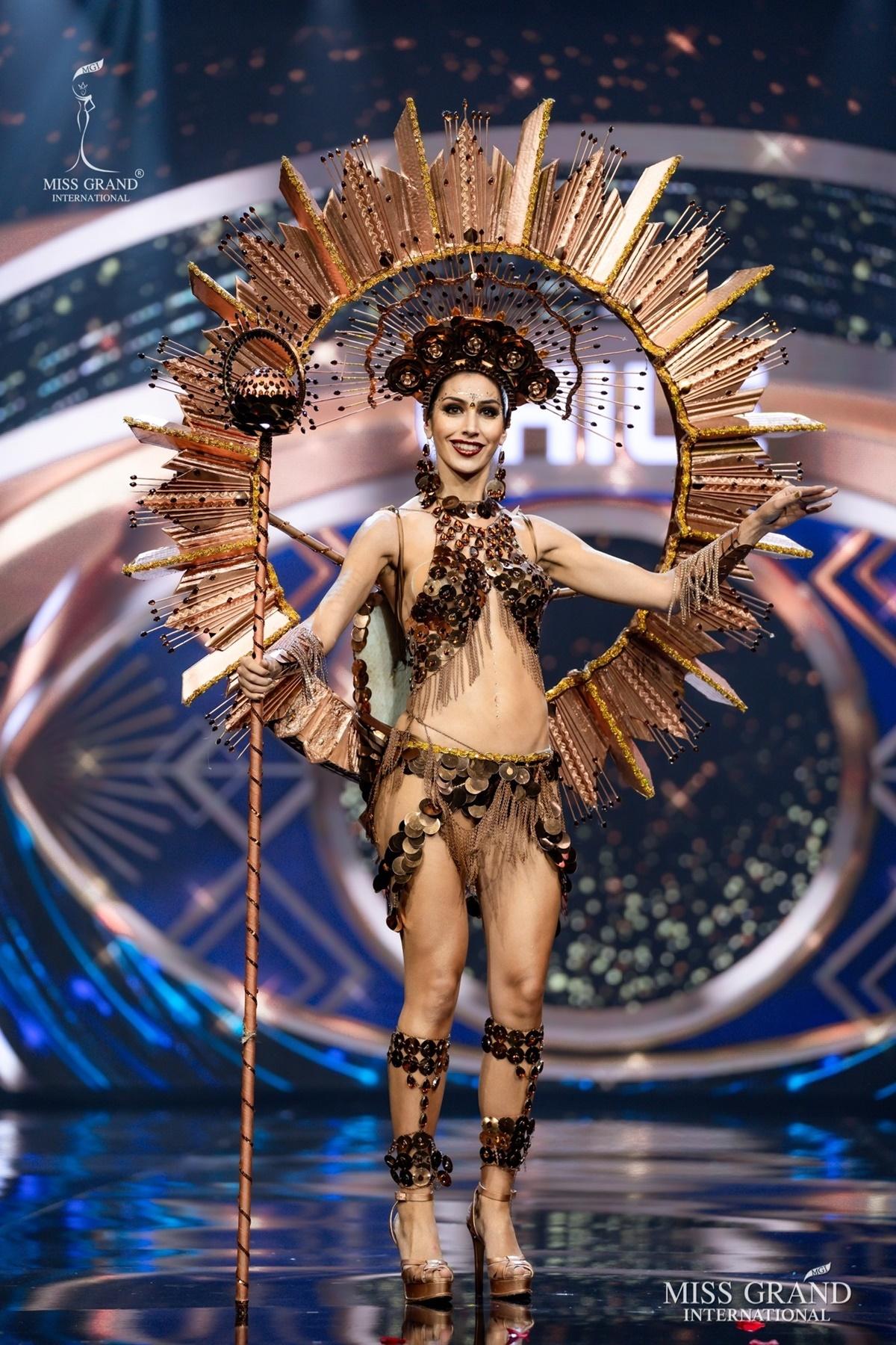 Thí sinh Chile biến đồ lót thành trang phục dân tộc. Phía sau cô đeo cánh, gây liên tưởng đến các show thời trang nội y.
