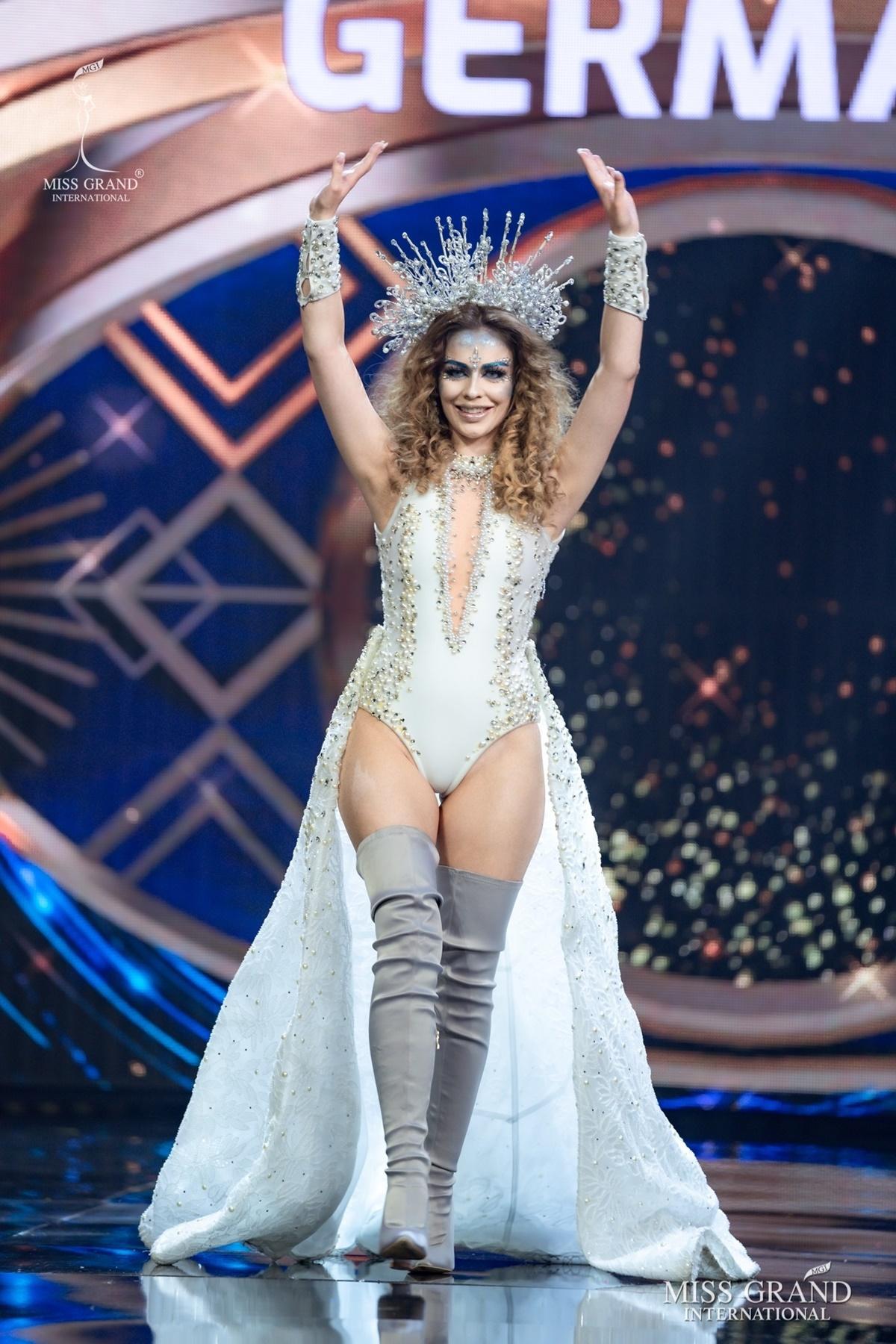 Hoa hậu Đức diện bodysuit cắt khoét tôn số đo hình thể.