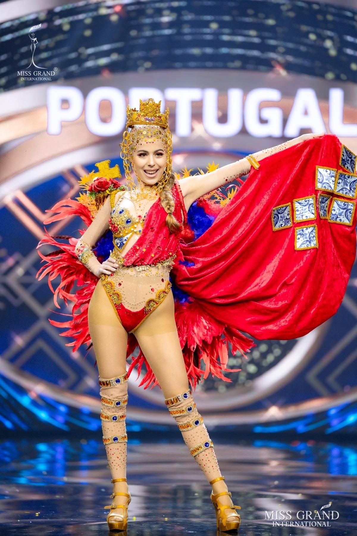 Thí sinh Bồ Đào Nha khoe vòng một táo bạo.