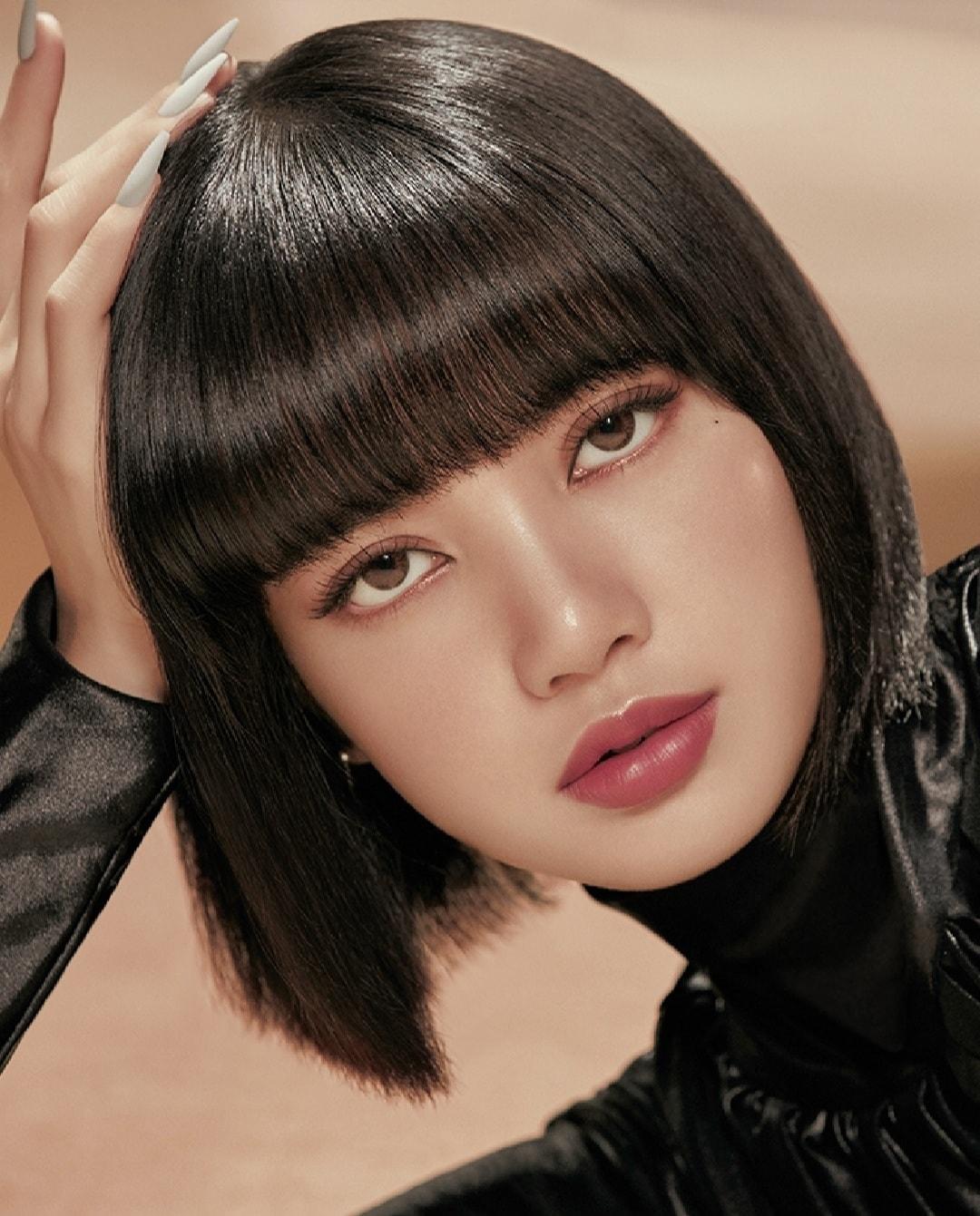 Với gương mặt không góc chết, Lisa có thể thay đổi nhiều sắc thái, tạo hình khi chụp ảnh để những photoshoot quảng cáo càng thêm thu hút.