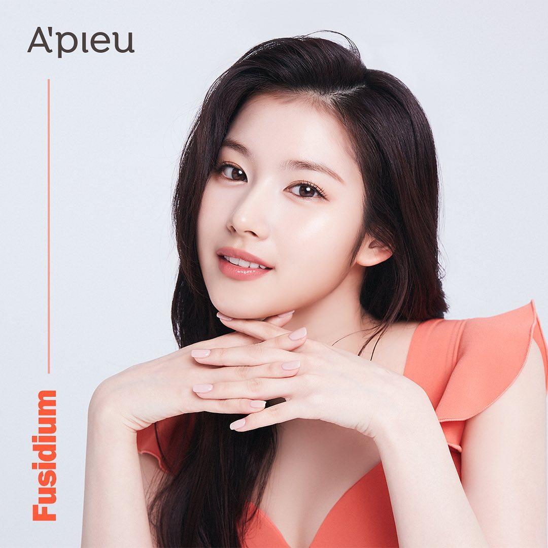 Sau khi công bố Sana - Da Hyun (Twice) là đại sứ thương hiệu mới, Apieu liên tục tung ra những bức hình quảng bá sản phẩm của hai nữ idol. Nếu như Da Hyun thích hợp với concept trẻ trung, nhí nhảnh, Sana lại ghi điểm nhờ diện mạo nhẹ nhàng, thanh tao. Trong bức ảnh mới đây, nữ idol được khen nhan sắc đỉnh cao với lối trang điểm trong trẻo, nhấn vào đôi môi màu cam đào trong mướt.