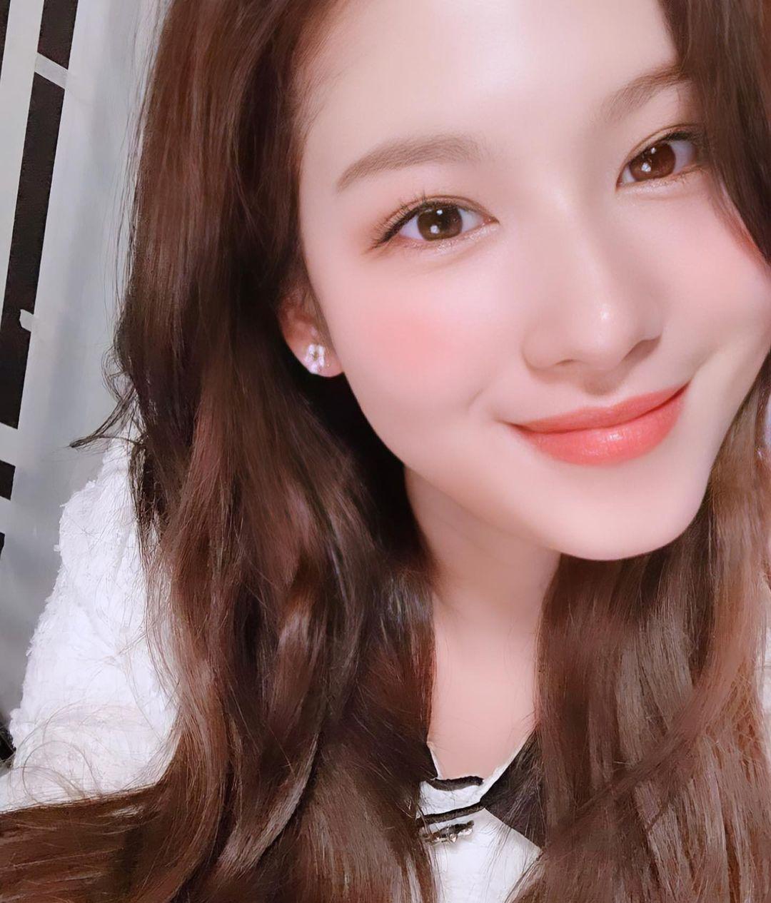 Son môi màu hồng cam mịn mượt vốn được xem là chân ái của Sana. Mỗi khi tô màu son này, nữ idol luôn ghi điểm với diện mạo đáng yêu, xinh tươi như thiên thần.