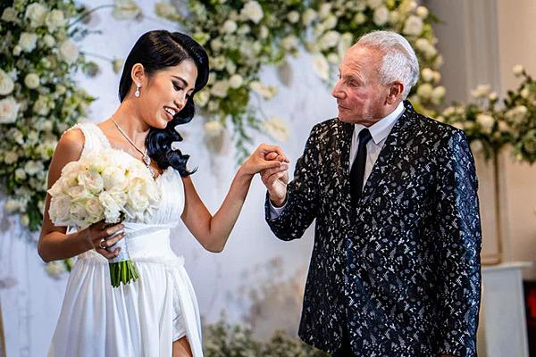 Cổ Ngân bên bạn trai trong lễ đính hôn tại TP HCM.