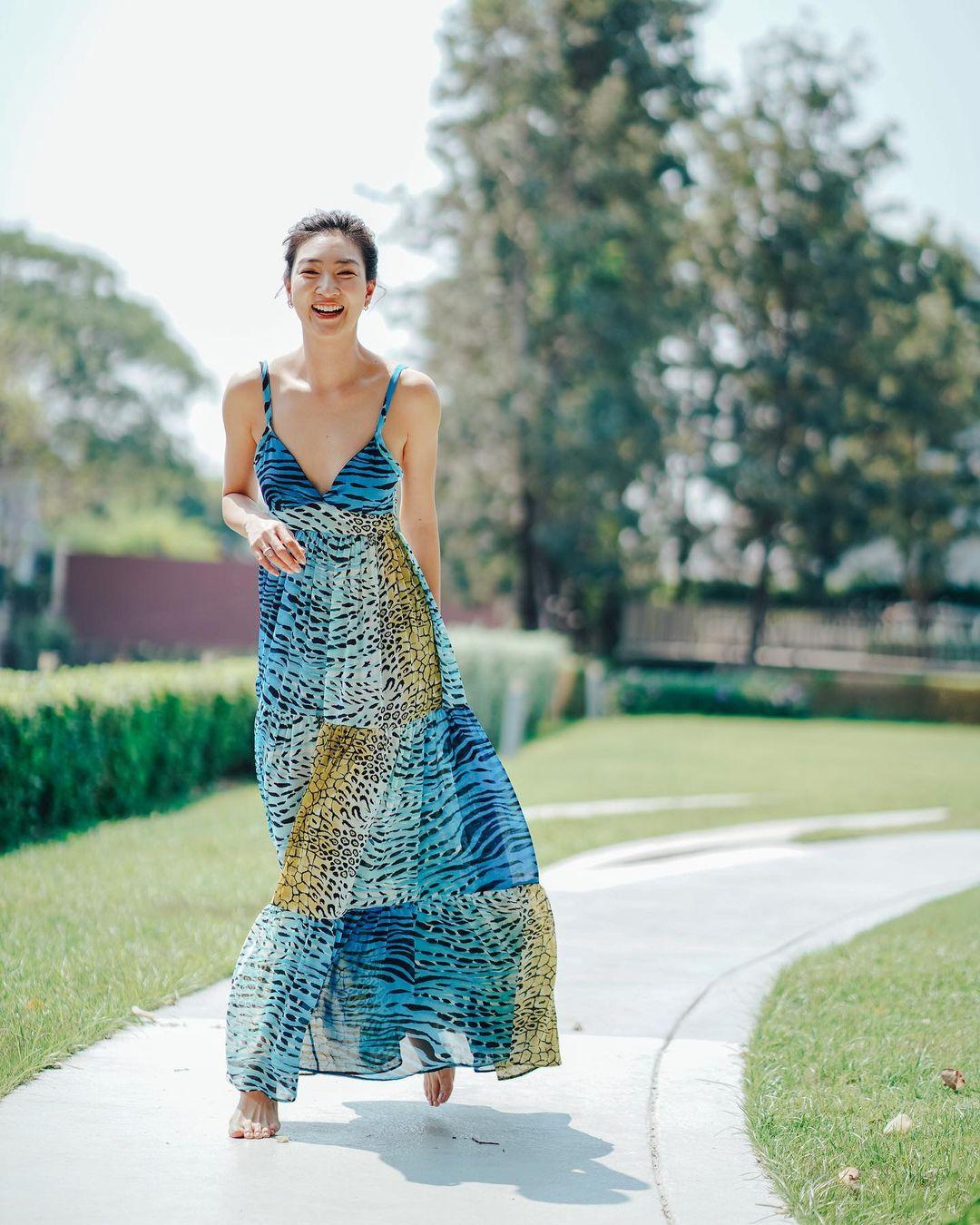 Sukollawat Kanarot tươi trẻ và tràn đầy sức sống khi chọn mẫu váy mang gam màu mát mắt.