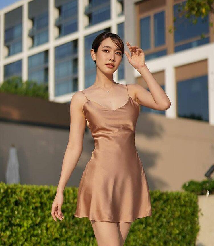 Min chọn váy lụa mỏng manh khoe đường cong thon thả trên phố ngày hè.