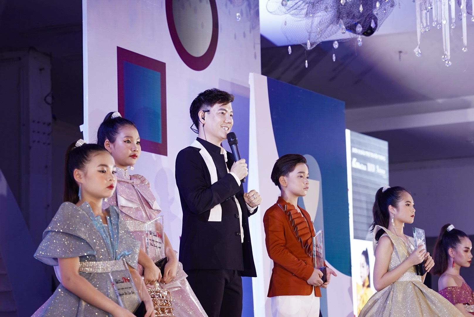 Trưởng Ban tổ chức, NTK Lê Trần Đắc Ngọc chia sẻ: Đại hội Siêu mẫu nhí 2021 không chỉ là sân chơi dành cho các tài năng nhí đam mê thời trang mà còn phát hiện, ươm mầm thế hệ người mẫu nhí tiềm năng cho nền công nghiệp thời trang Việt Nam và thế giới. Không chỉ vậy, đây cũng là cầu nối đưa những nhà thiết kế trẻ đến gần hơn với công chúng yêu thời trang. Họ đều là những sinh viên đam mê và đang theo học ngành thiết kế thời trang tại các trường đại học trên cả nước. Lần đầu tiên tại Việt Nam, các bạn sinh viên được hiện thực hóa các bộ sưu tập của mình và trình diễn trên sàn diễn lớn với sự tư vấn và hỗ trợ của các chuyên gia hàng đầu trong nước và quốc tế.