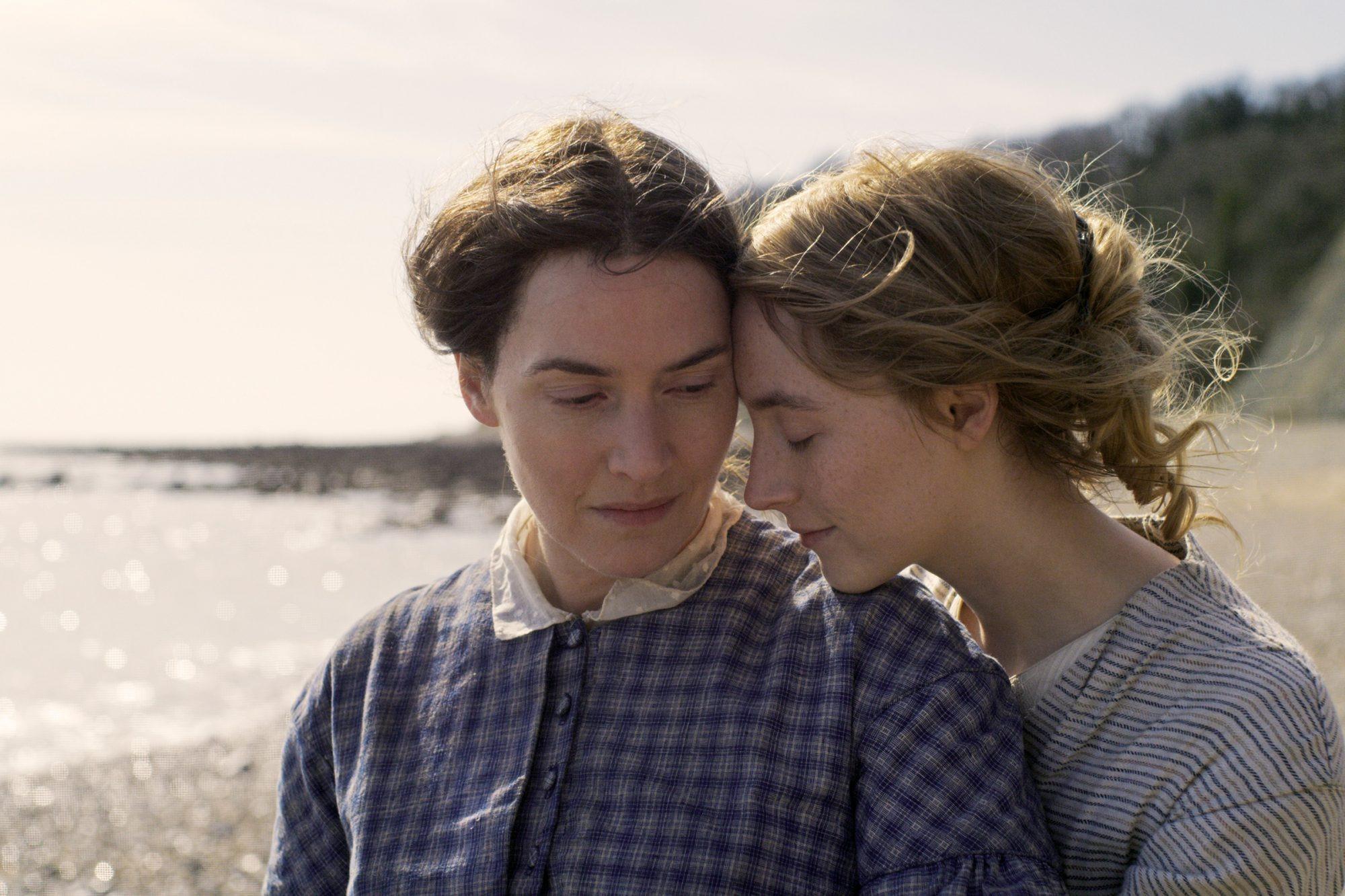 Kate Winslet và Saoirse Ronan trong Ammonite.