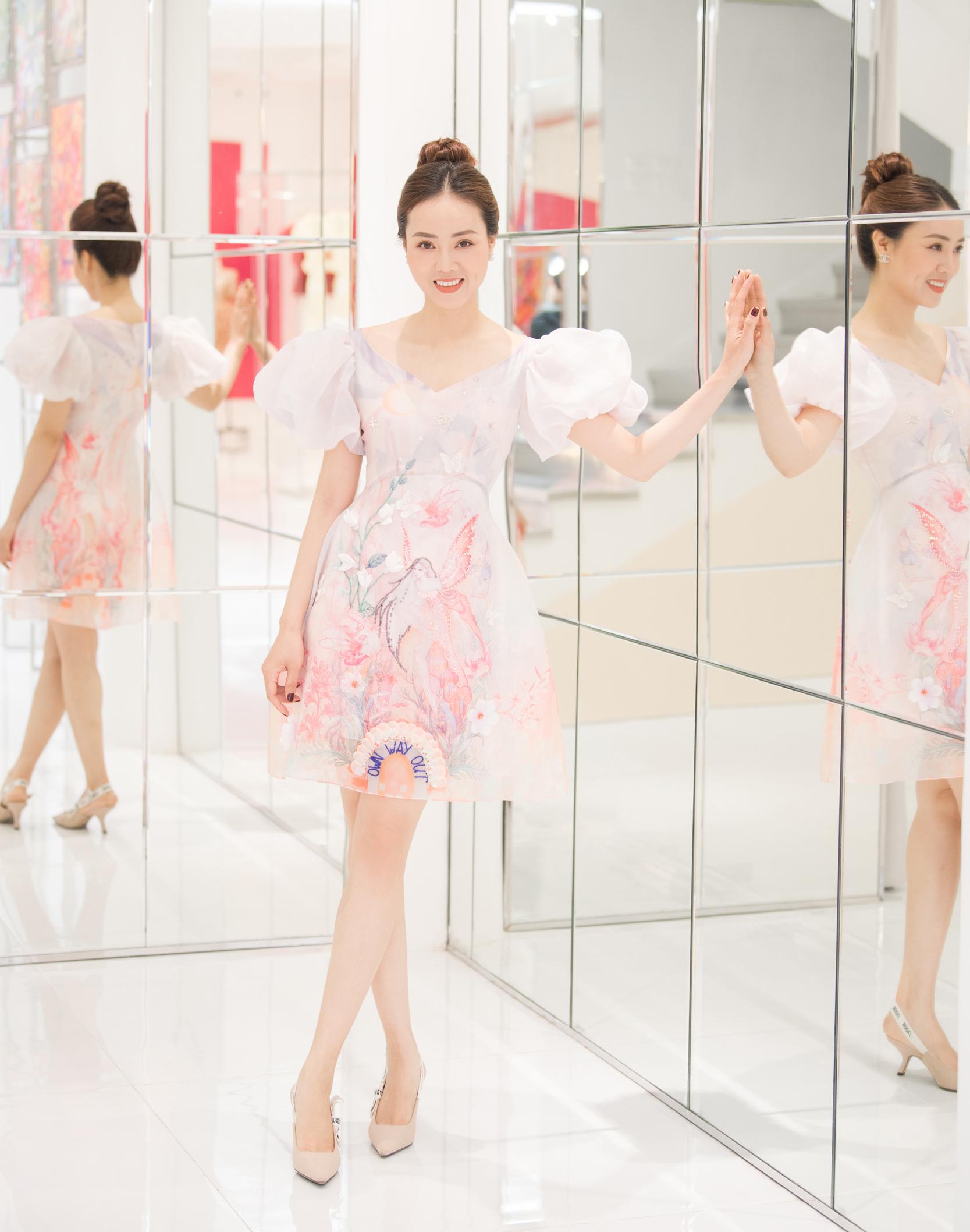 Mới đây, người đẹp Ngọc Hà - bà xã của NSND Công Lý - xuất hiện tại một sự kiện với nhan sắc xinh đẹp. Cô diện loạt trang phục trong bộ sưu tập mới của NTK Hòa Nguyễn.