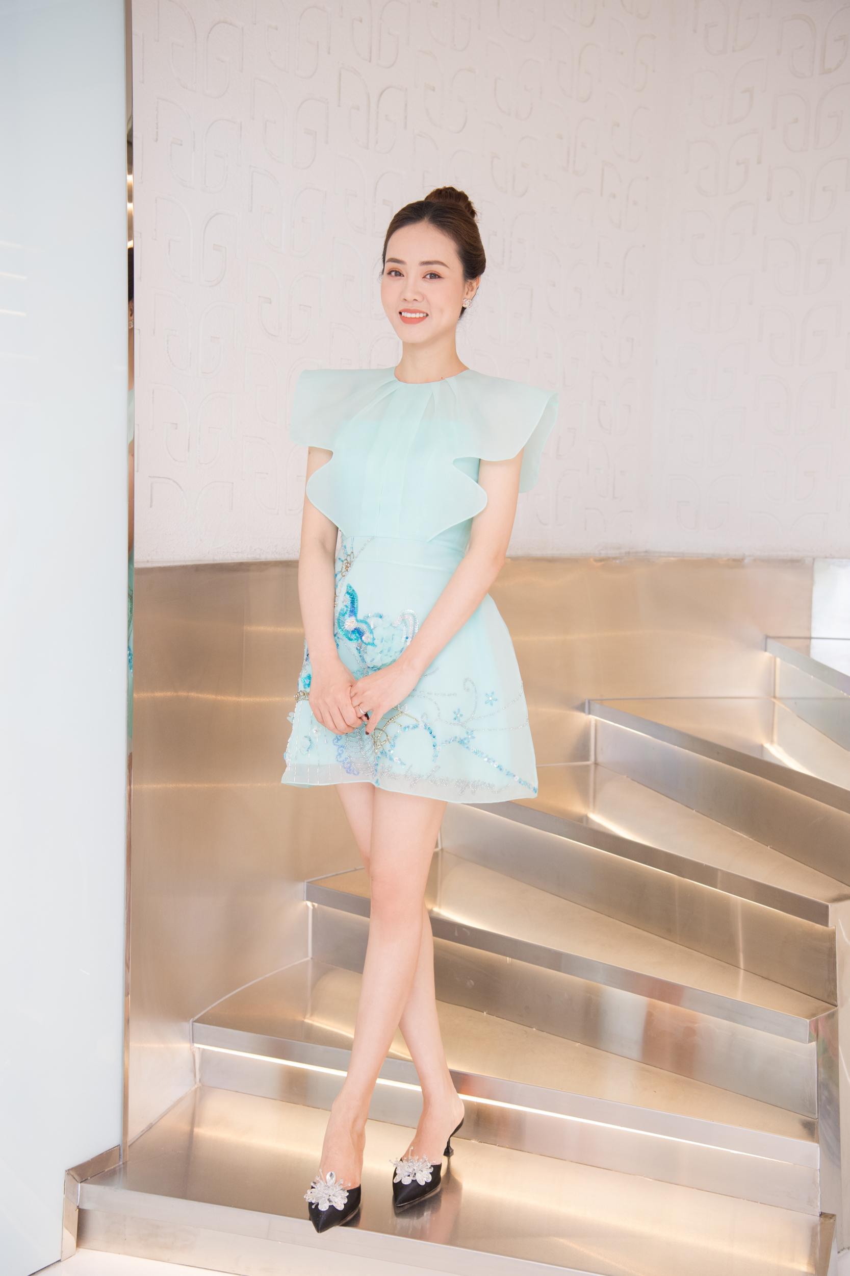 Người đẹp thể hiện gu thời trang tinh tế khi kết hợp đồ thiết kế trong nước với phụ kiện hàng hiệu giá hàng chục triệu đồng.