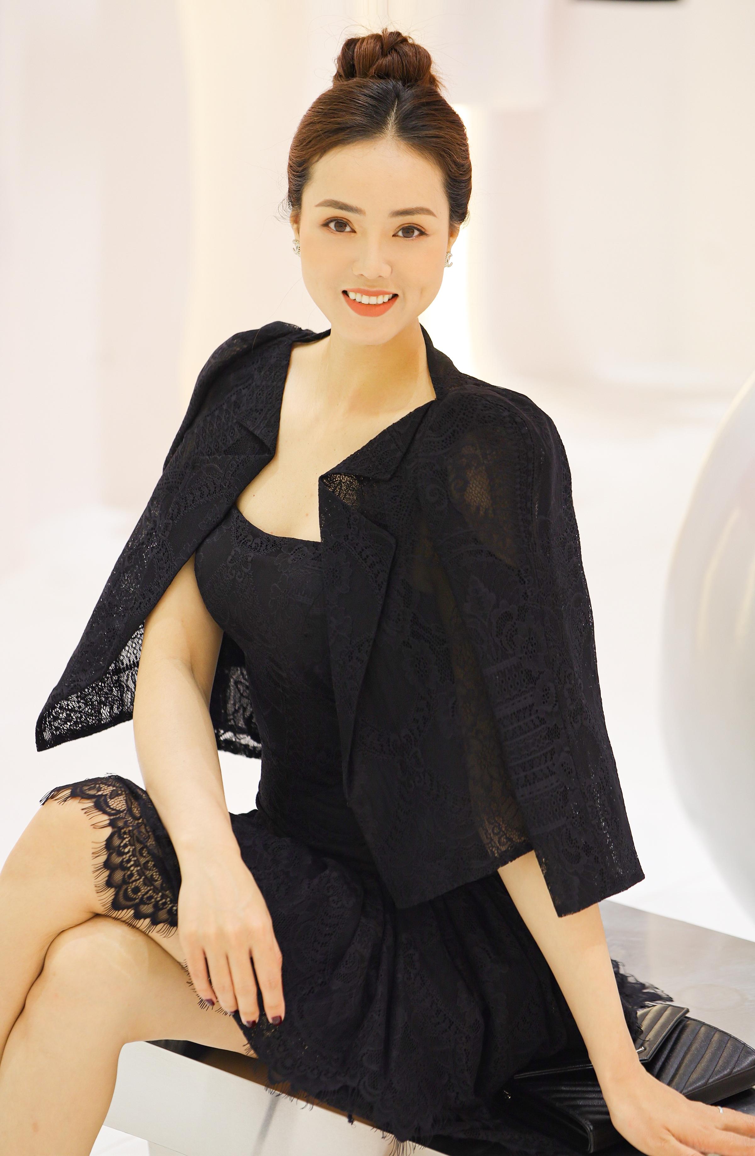 Trong dịp này, Ngọc Hà thử một bộ váy ren đen. Đây là style và màu sắc mới mẻ mà trước đó cô ít khi diện. Người đẹp nhận được nhiều lời khen vì vẻ quý phái, sang trọng.