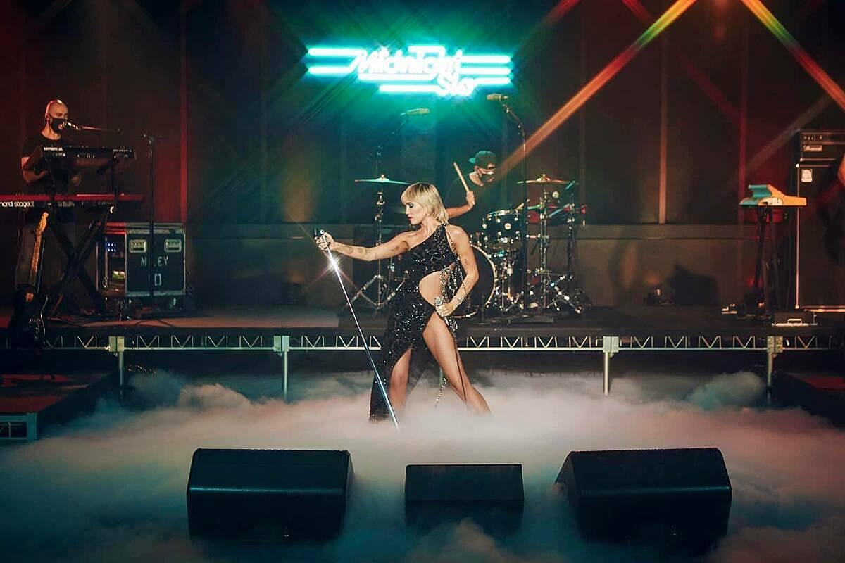 Miley Cyrus cũng từng trình diễn Midnight Skyvới trang phục CONG TRI tại The Tonight Show Jimmy Fallon