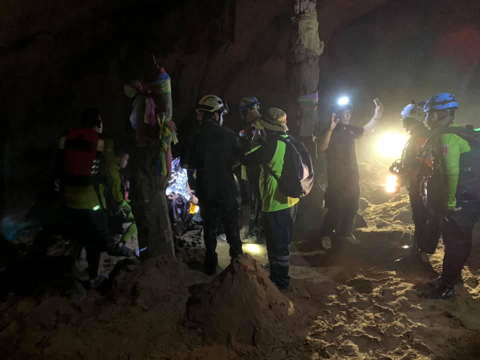 Đội thợ lặn và lực lượng cứu hộ tiến vào bên trong để giải cứu nhà sư bị mắc kẹt. Ảnh: Facebook/ Prasat Bun Sathan Rescue Foundation.