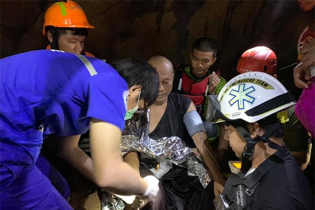 Nhân viên cứu hộ vây quanh nhà sư Phra Ajarn Manas trong hang động ở tỉnh Phitsanulok hôm nay. Ảnh: Facebook/PhitsanulokRescue.