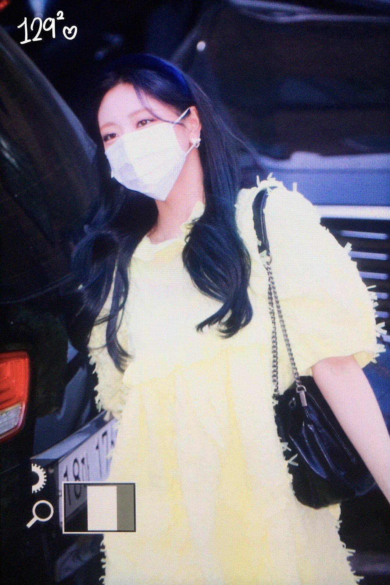 Bộ váy oversize khiến Yuna trông như bà bầu.