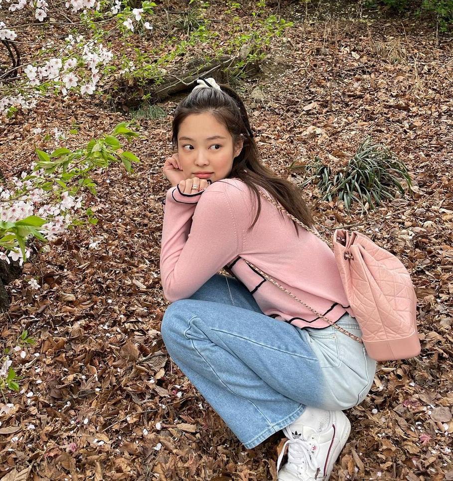 Bộ cánh càng thêm trẻ trung, nhí nhảnh khi được nữ idol kết hợp với ba lô cũng gam hồng của Chanel và hàng loạt món phụ kiện xinh xắn.