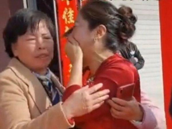 Cô dâu òa khóc khi nhận lại mẹ ruột ngay trong đám cưới.