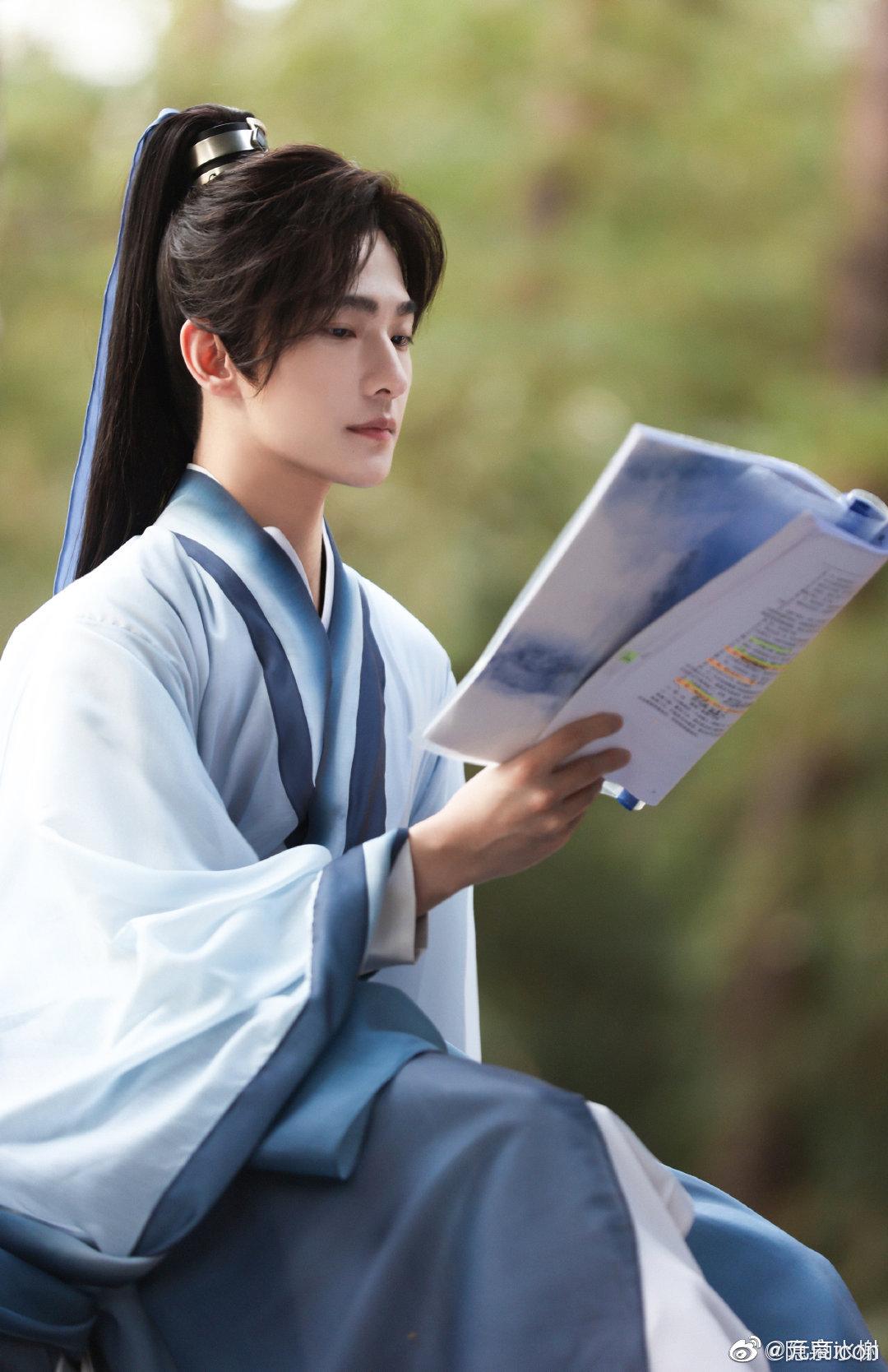 Ảnh hậu trường của Dương Dương cũng đẹp không góc chết. Nam diễn viên ngồi đọc kịch bản mà như thể nam chính Hắc Phong Tức đang đọc binh thư.