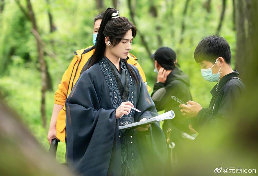 Tạo hình áo đen của Dương Dương cũng đẹp không thua kém gì bộ áo xanh thường thấy trên phim trường.