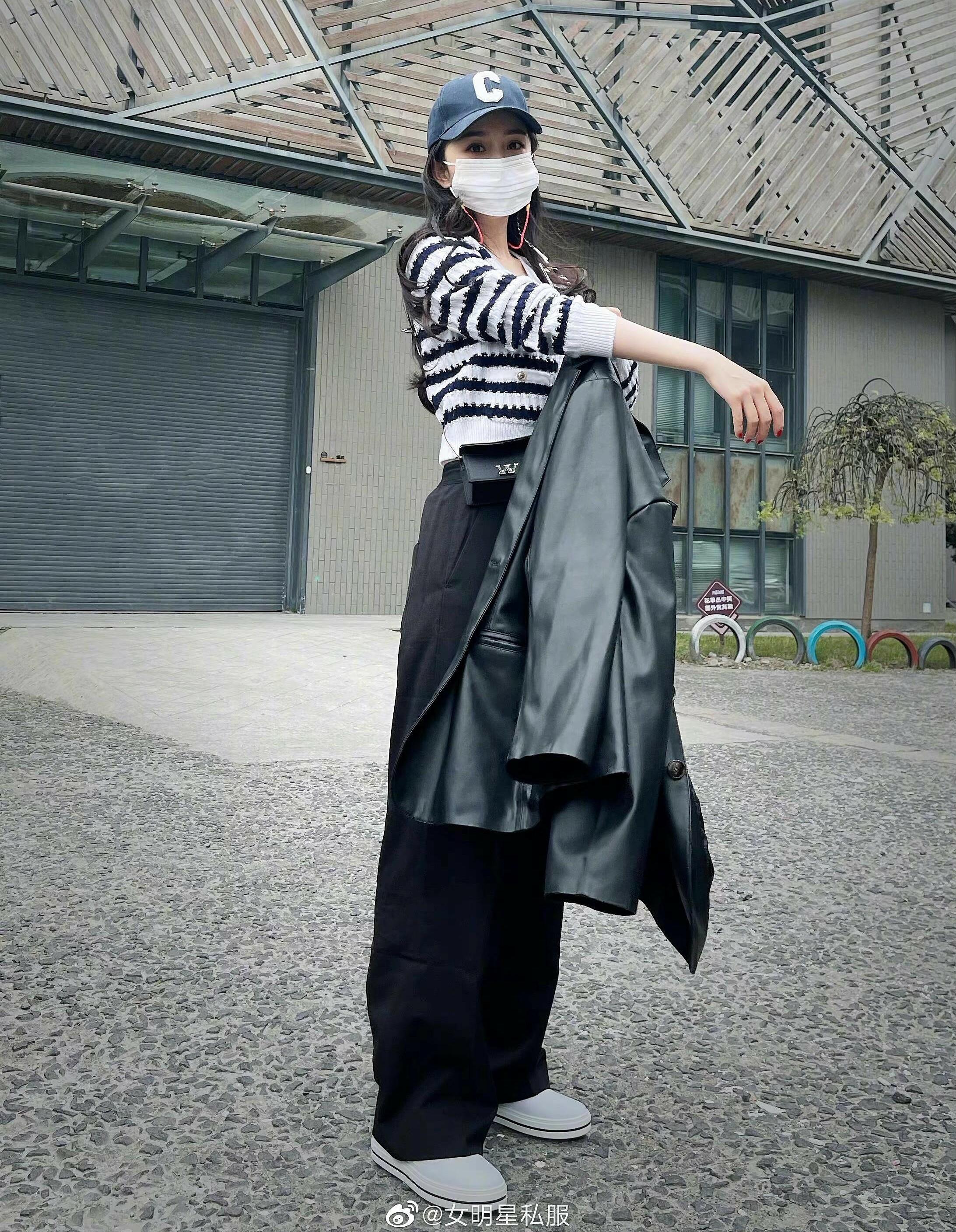 Không chỉ chưa làm hài lòng khán giả về thời trang thảm đỏ, street style của Dương Mịch cũng bị chê. Trong lần xuất hiện mới đây, nữ diễn viên trông khá hiện đại với áo len Chanel, quần thụng và blazer khỏe khoắn.