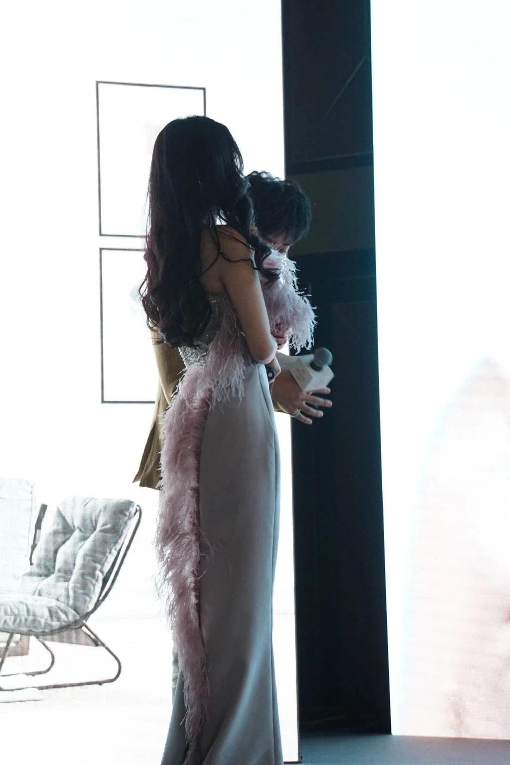 Chưa kể váy có một dải lông vũ đính dọc thân phía sau, khiến Dương Mịch bị mất hết đường cong và trông khá kỳ cục.
