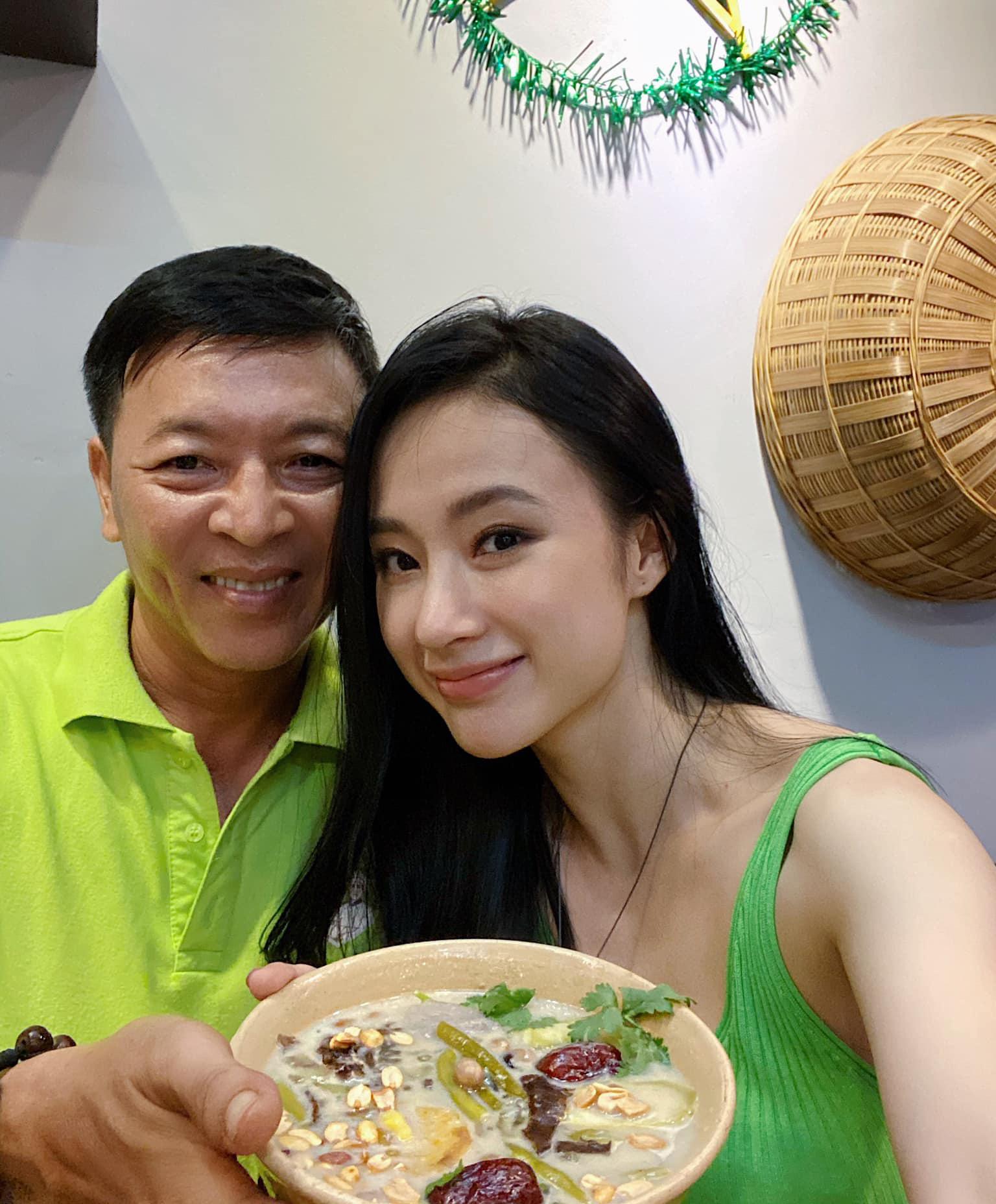 Angela Phương Trinh để mặt mộc nhưng nhan sắc vẫn rạng ngời khi chụp hình cùng bố.