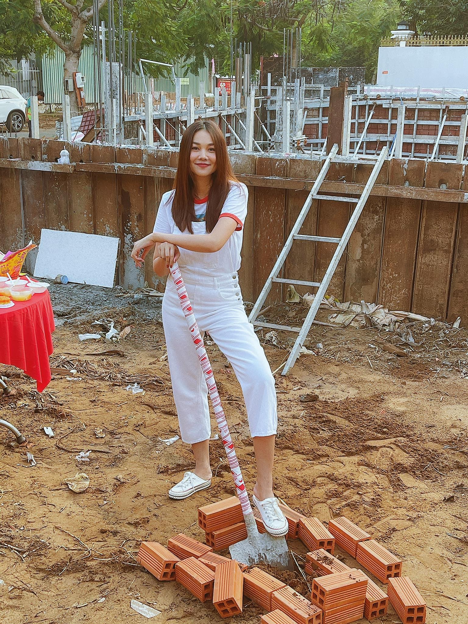 Thanh Hằng gây tò mò khi tự tay trộn vữa ra dáng cô thợ nề.