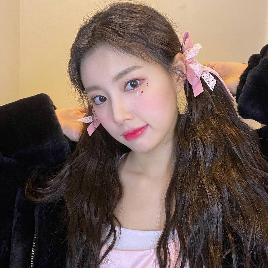 Hye Won (IZONE) xinh như búp bê với tông hồng ngọt ngào.