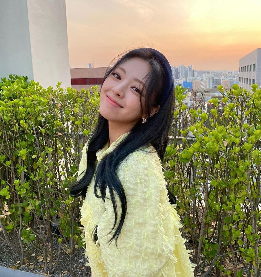 Yuna (ITZY) bị chê vì chiếc áo thùng thình như áo bầu nhưng nhan sắc trẻ trung tươi tắn giúp cô nàng gỡ gạc phần nào.