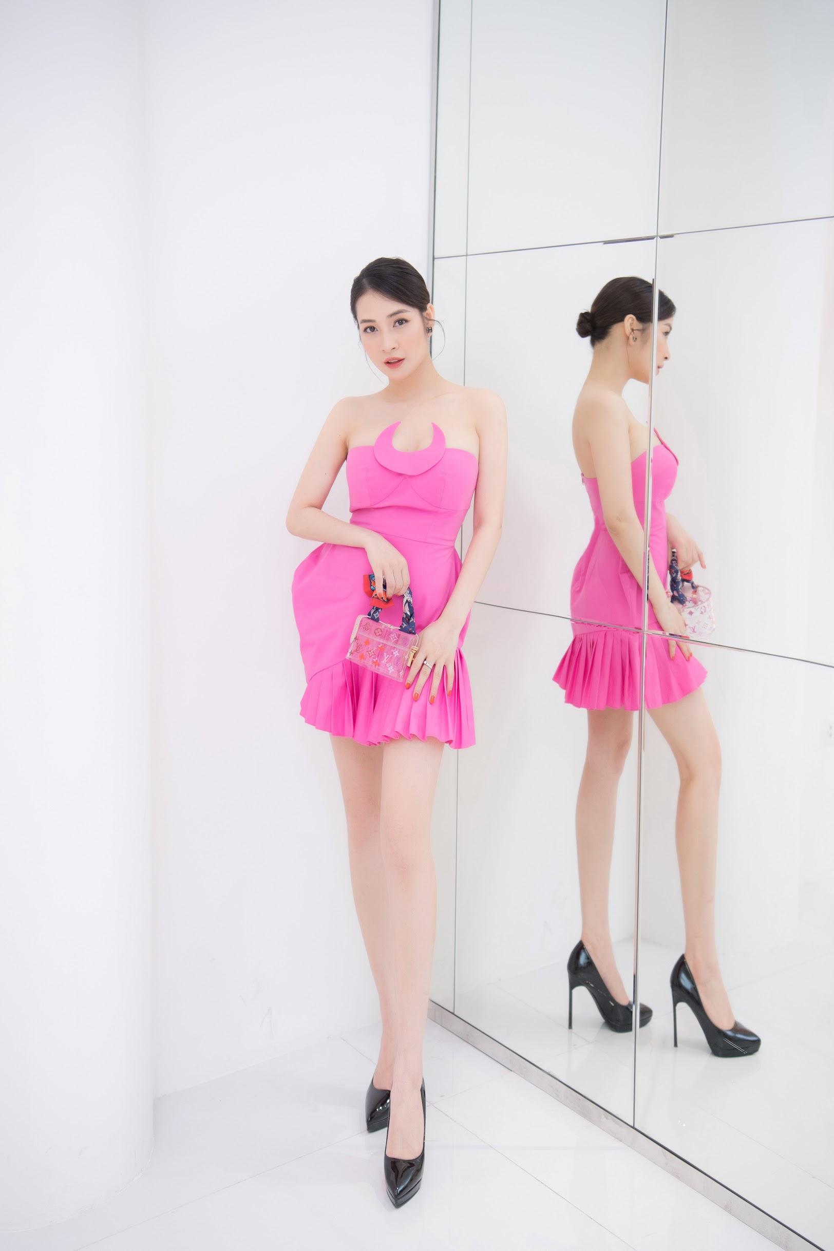 Cô kết hợp váy áo cùng những mẫu túi xách hàng hiệu đắt đỏ của Louis Vuitton, Hermes, giúp trang phục thêm đẳng cấp.