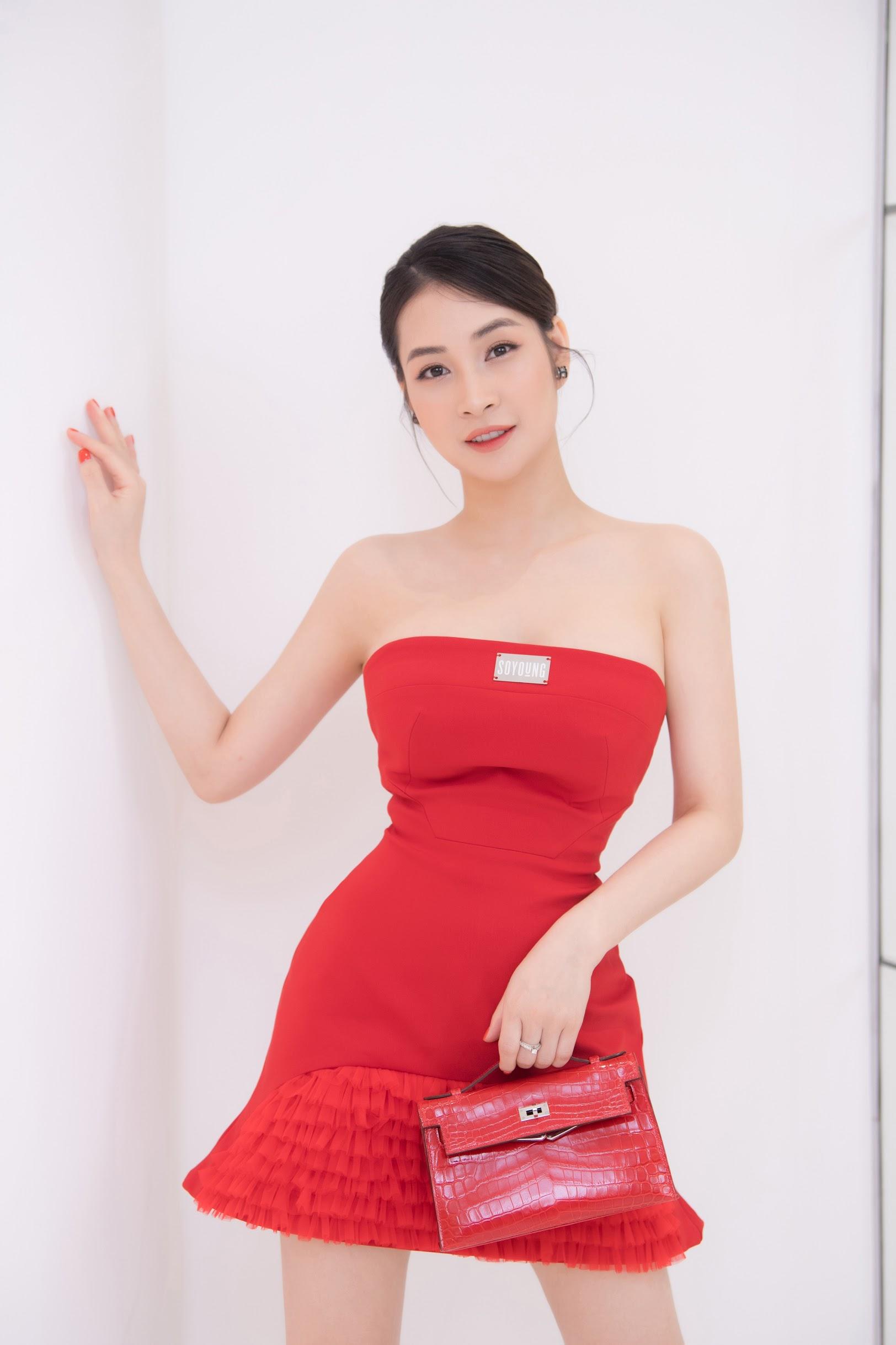 Khi diện những trang phục có sẵn độ nổi bật, người đẹp hạn chế kết hợp cùng phụ kiện quá cầu kỳ để thân hình nhỏ bé không thêm nặng nề, tổng thể cũng không bị rườm rà, sến sẩm.