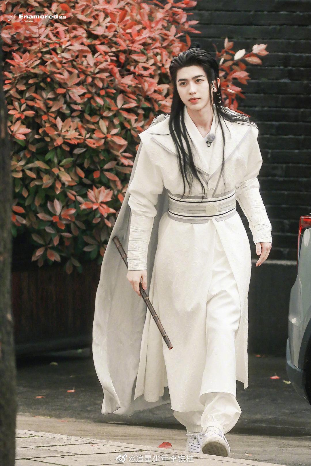 Hình ảnh Thái Từ Khôn xuất hiện trong trang phục bạch y công tử leo lên hot search vì giống hệt một cảnh phim cổ trang.