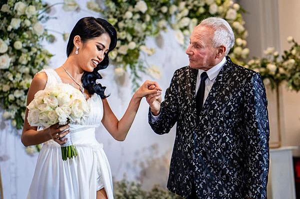 Cổ Ngân bên bạn trai cũ trong lễ đính hôn tại TP HCM.