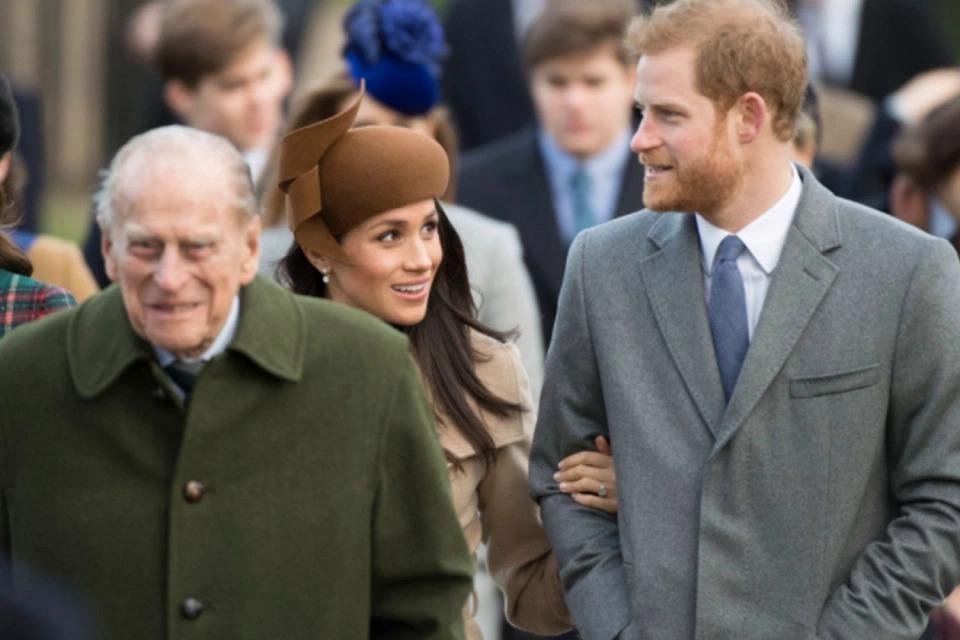 Harry - Meghan trong một nhiệm vụ Hoàng gia cùng với Hoàng thân Philip (trái).